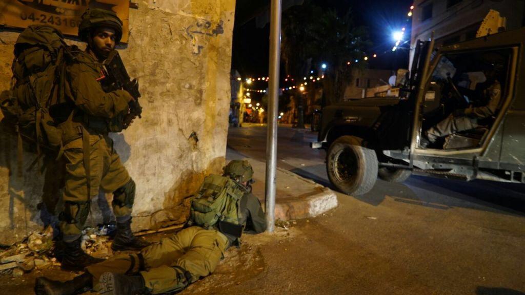 A hadsereg a ciszjordániai razziák során letartóztatott 32 palesztint, köztük egy magas rangú Hamászvezetőt