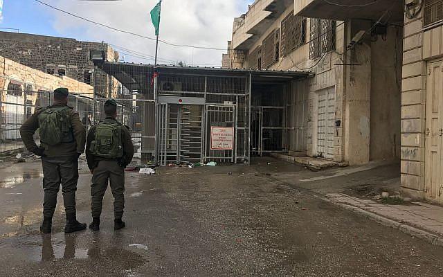 Határrendőrök letartóztattak egy palesztin nőt Hebronban, miután 2 kést találtak atáskájában