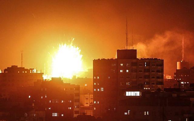 A Beersevára kilőtt rakétákra válaszolva a légierő támadást indított a Hamász katonai pozíciói ellen a Gázai övezetben